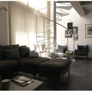 『部屋に螺旋階段!?』部屋選びから使う家具までこだわり抜いたモダンな空間。